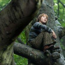 Into the Woods: Daniel Huttlestone nei panni di Jack del Fagiolo Magico in una scena