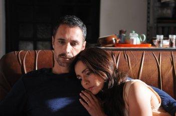 La scelta: Ambra Angiolini in un momento di malinconia con Raoul Bova in una scena del film
