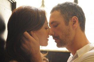 La scelta: Ambra Angiolini in vena di tenerezze con Raoul Bova in una scena del film