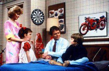 Super Vicki (Tiffany Brissette) con la sua famiglia:  Dick Christie, Marla Pennington e Jerry Supiran