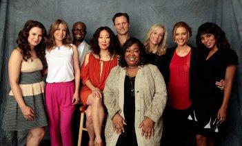 Shonda Rhimes con alcuni interpreti dei suoi show