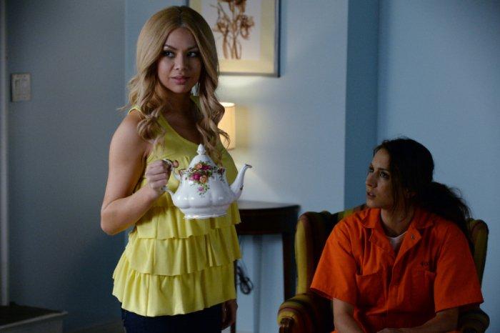 Prety Little Liars: Troian Bellisario e Janel Parrish nell'episodio Welcome to the Dollhouse
