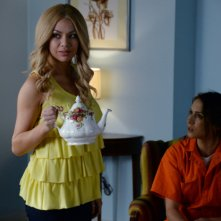 Prety Little Liars: Troian Bellisario e Janel Parrish nell'episodio Welcome to the Dollhouse