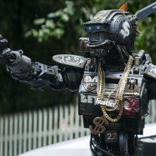 Humandroid: il poliziotto droide Chappie in azione in una scena del film