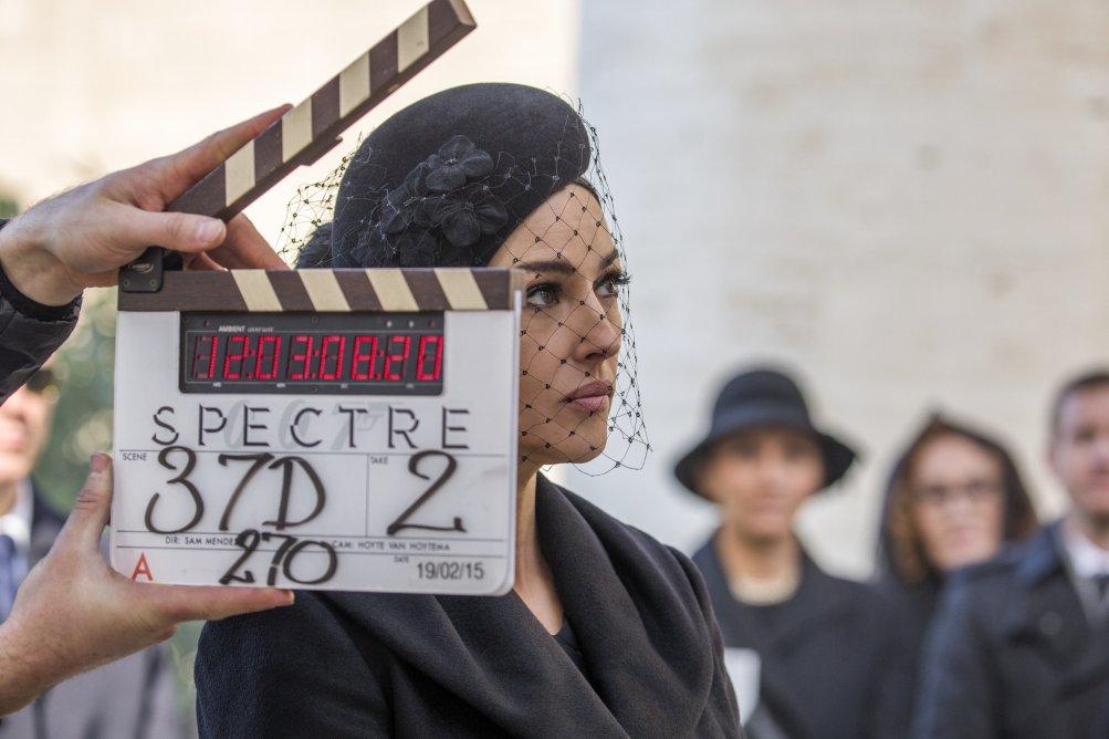 Spectre: un primo piano di Monica Bellucci dietro al ciak della produzione
