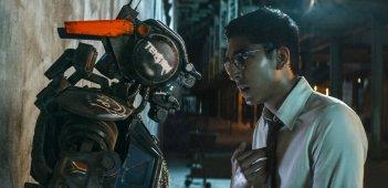 Humandroid: Dev Patel parla con Chappie in una scena del film di fantascienza