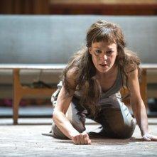 National Theatre Live: Medea - Helen McCrory è Medea in una scena dello spettacolo
