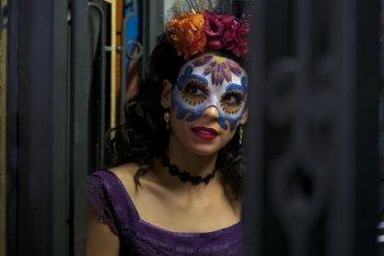 Spectre: dietro la maschera ecco la misteriosa Estrella, interpretata da Stephanie Sigman