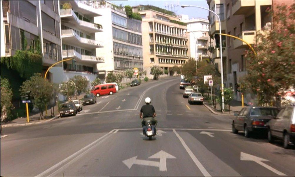 La mitica Vespa di Nanni Moretti innuna  scena di Caro Diario