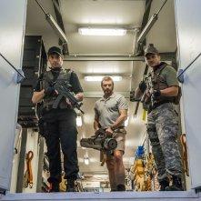 Humandroid: Hugh Jackman con due agenti armati fino ai denti in una scena del film