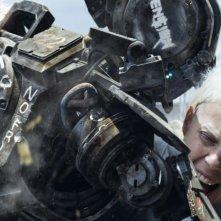 Humandroid: Yo-Landi Visser aggredita da un droide in una scena del film