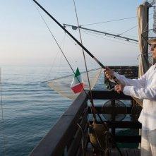 Tempo instabile con probabili schiarite: John Turturro impegnato in una battuta di pesca in una scena del film