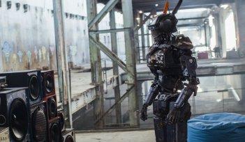 Humandroid: il droide Chappie in una scena del film d'azione