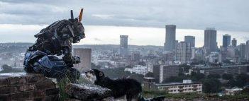 Humandroid: Chappie con un amico a 4 zampe in una scena del film