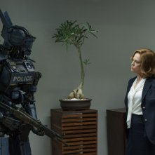 Humandroid: Sigourney Weaver parla con un poliziotto droide in una scena del film