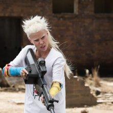 Humandroid: Yolandi Visser armata fino ai denti in una scena del film