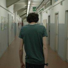 Short Skin: Matteo Creatini di spalle in una scena del film