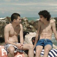 Short Skin: Matteo Creatini in una scena al mare con Nicola Nocchi