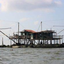 Short Skin: la casa galleggiante dei pescatori in una scena del film