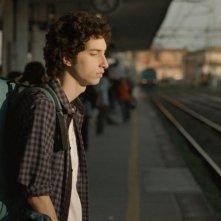 Short Skin: Matteo Creatini attende il suo treno in una scena del film