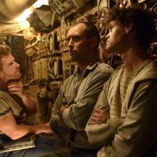 Black Sea: Jude Law con Branwell Donaghey e Bobby Schofield in una scena del film
