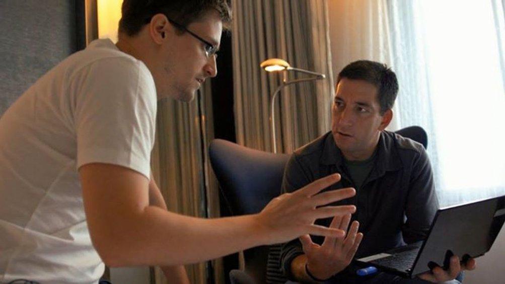 Citizenfour: Glenn Greenwald con Edward Snowden in una scena del documentario