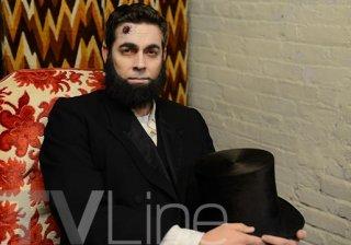 Deadbeat: Zachary levi nei panni del defunto Abramo Lincoln su Tv Line