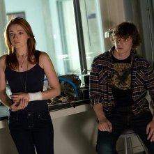 The Lazarus Effect: Sarah Bolger insieme a Evan Peters in una scena del film horror