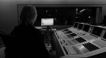 Wenn aus dem Himmel... Quando dal cielo...: il produttore Manfred Eicher (di spalle) in una scena del documentario