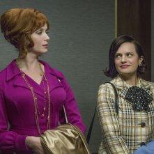 Mad Men: le attrici Elisabeth Moss e Christina Hendricks nella puntata Severance