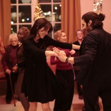 Samba: Charlotte Gainsbourg balla con Tahar Rahim in una scena del film