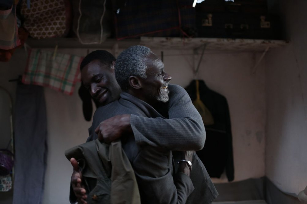 Samba: Omar Sy con Youngar Fall in una scena del film