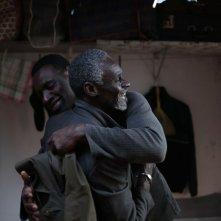 Samba: Omar Sy con Youngar Fall in una scena del film