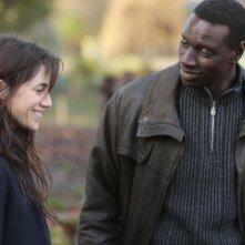 Samba: Omar Sy insieme a Charlotte Gainsbourg in un momento del film