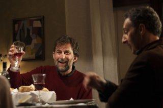 Mia madre: Nanni Moretti brinda sorridente in una scena del film