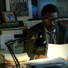 Daredevil: Vondie Curtis-Hall alla sua scrivania