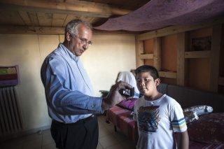 I bambini sanno: Walter Weltroni con il piccolo Kevin Quinomez in una scena documentario