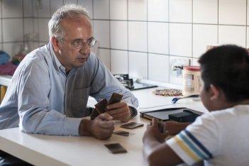 I bambini sanno: Walter Weltroni gioca con uno dei bambini in una scena del documentario