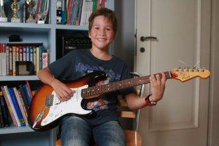 I bambini sanno: il bambino Vittorio Cerroni sorride in una scena