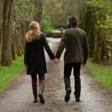 Adaline - L'eterna giovinezza: Blake Lively mano nella mano con Michiel Huisman in una scena del film