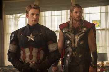 Avengers: Age of Ultron - Chris Evans e Chris Hemsworth in una scena del film