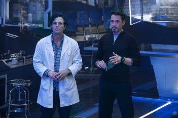Avengers: Age of Ultron - Mark Ruffalo e Robert Downey Jr. in una scena