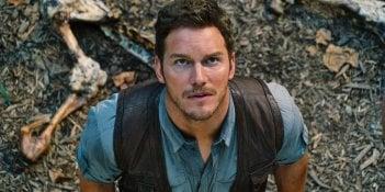 Jurassic World: Chris Pratt guarda preoccupato verso il cielo in una scena del film