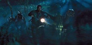 Jurassic World: Chris Pratt in una scena d'azione del film