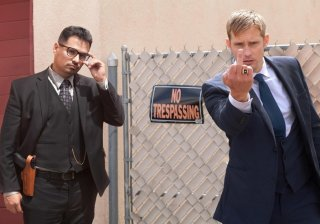War On Everyone: Michael Peña e Alexander Skarsgård nella prima foto del film