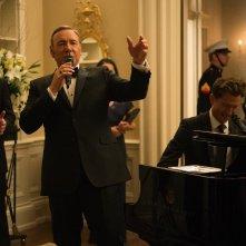 House of Cards: Kevin Spacey in versione cantante in una scena della serie