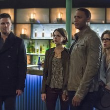 Arrow: Stephen Amell, Willa Holland, David Ramsey ed Emily Bett Rickards nell'episodio Broken Arrow