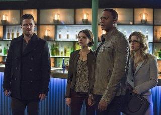Arrow: Stephen Amell, Willa Holland, David Ramsey ed Emily Bett Rickards nell'episodio Broken Arrow