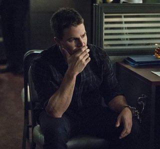 Arrow: Stephen Amell è Oliver Queen nella puntata Broken Arrow