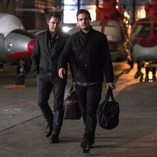 Arrow: gli attori John Barrowman e Stephen Amell nell'episodio intitolato The Fallen